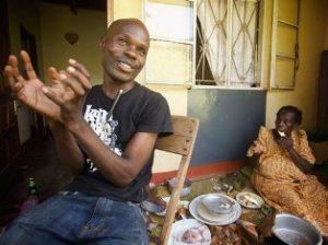 David Kato, amb la seva mare. Fotograma de la pel·lícula 'Kuchu'